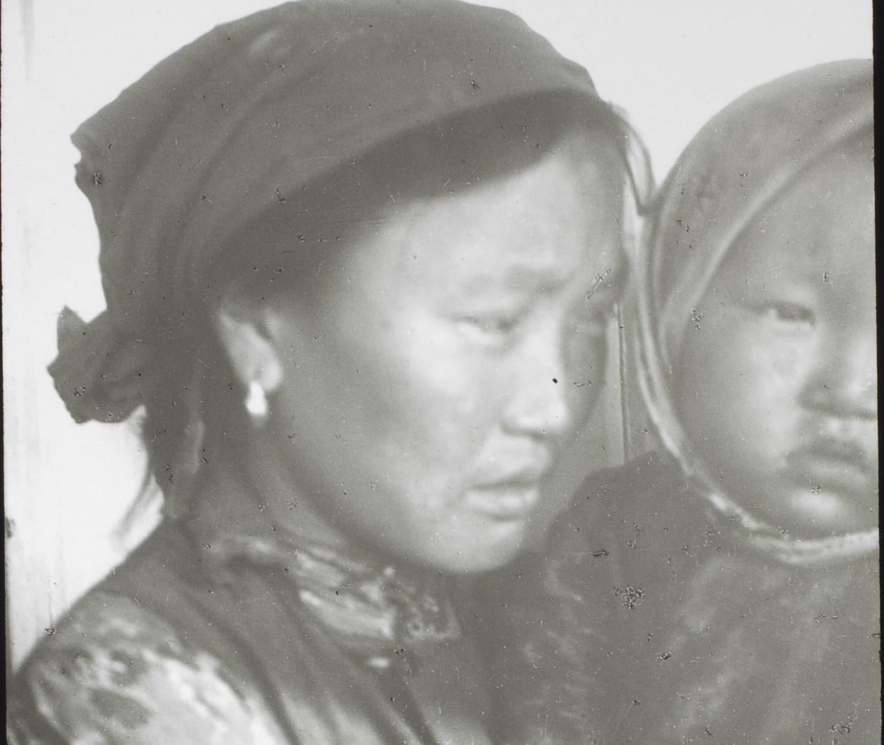 Якутская область. Якутка 27 лет из Олекминского района и ее двухлетний ребенок