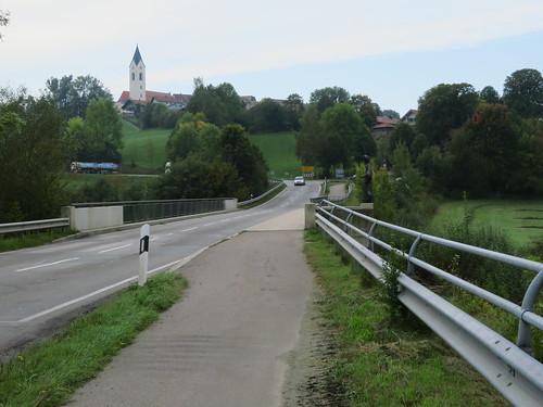 20170927 10 457 ostbay Weg Brücke Eschlkamp Häuser Kirche Turm Bäume Hügel