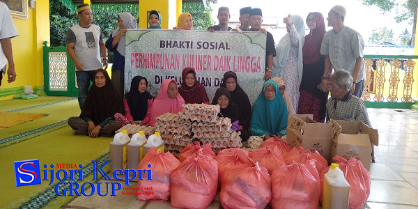Penyerahan bantuan Paket Sembako oleh Persatuan Kuliner Daik Lingga (PKDL) kepada kaum dhuafa, di Masjid Jamik Sultan Lingga
