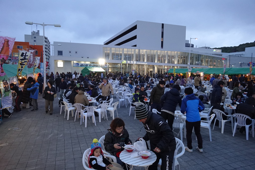 A summer festival with a temperature of 6°C. Wakkanai Midnight Sun Festival is held in front of JR Wakkanai station.