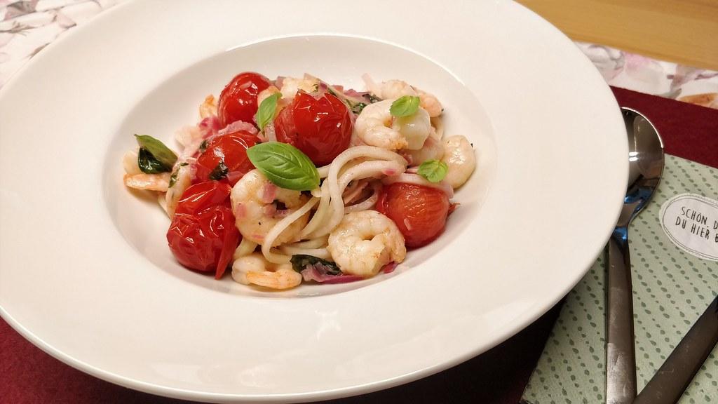 Kohlrabi-Spaghetti mit Garnelen und Tomaten