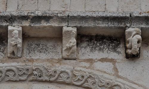 Campisábalos (Guadalajara-España). Iglesia. Portada. Canecilos del tejaroz