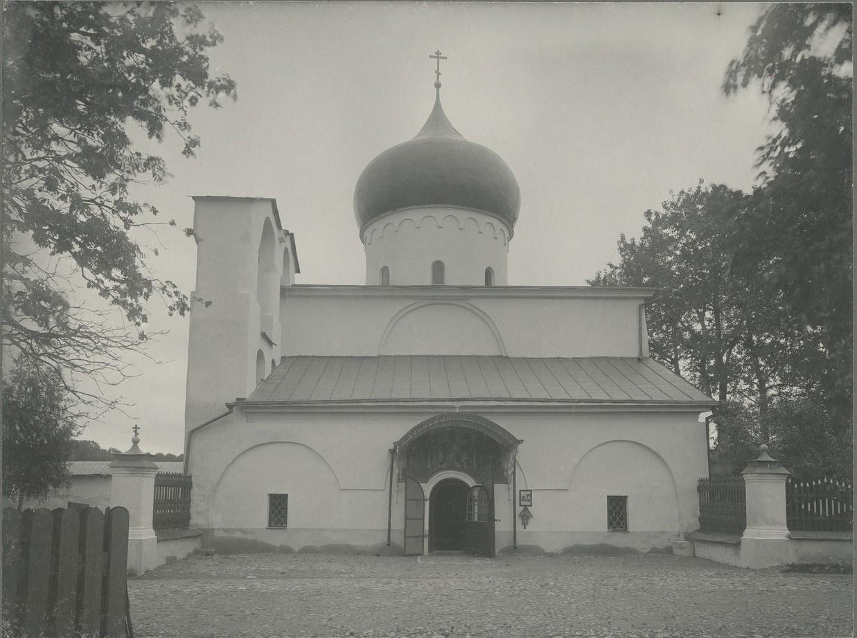Общий вид западного фасада Спасо-Преображенского собора Мирожского монастыря