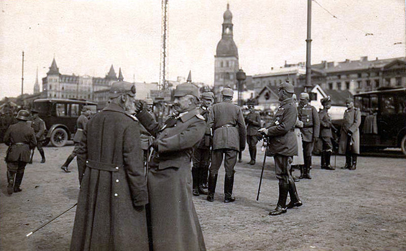 800px-German_officers_riga_ww1