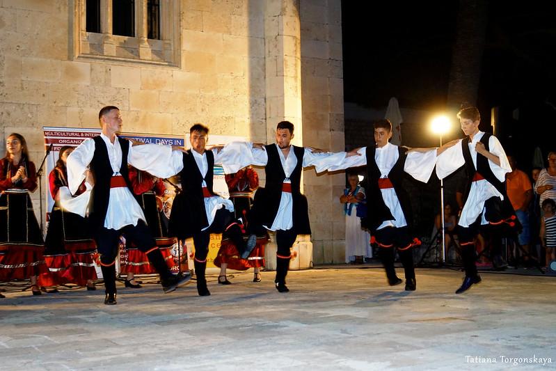 Парни из румынской фольклорной группы во время танца