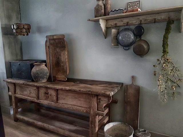 Houten werkbank, lamp Hoffz, houten trog