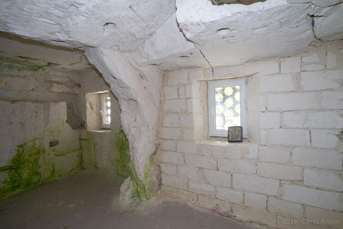 Внутри пещерной церкви Дивногорского монастыря фото 19