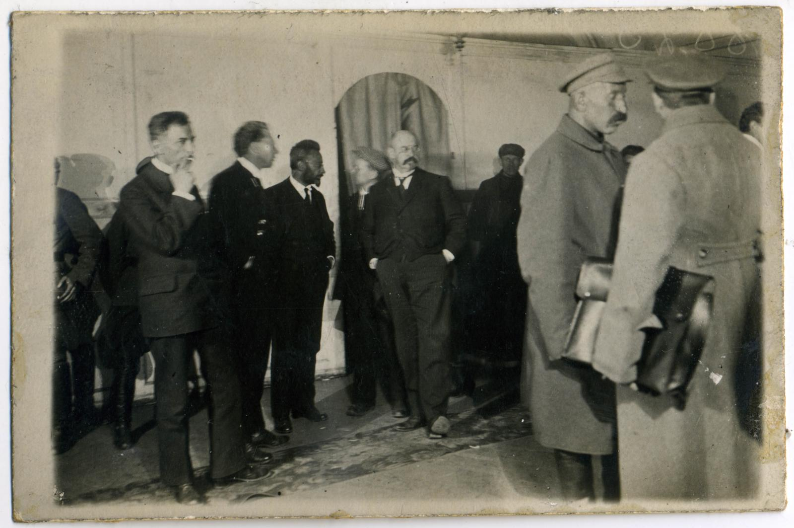 17. Иностранные социалисты – защитники на процессе. По центру, слева - Курт Розенфельд (Rosenfeld, Kurt) (1877-1943) – немецкий левый социал-демократ, адвокат по профессии, и по центру, справа - Эмиль Вандервельде (Émile Vandervelde) (1866-1938) — бельгий