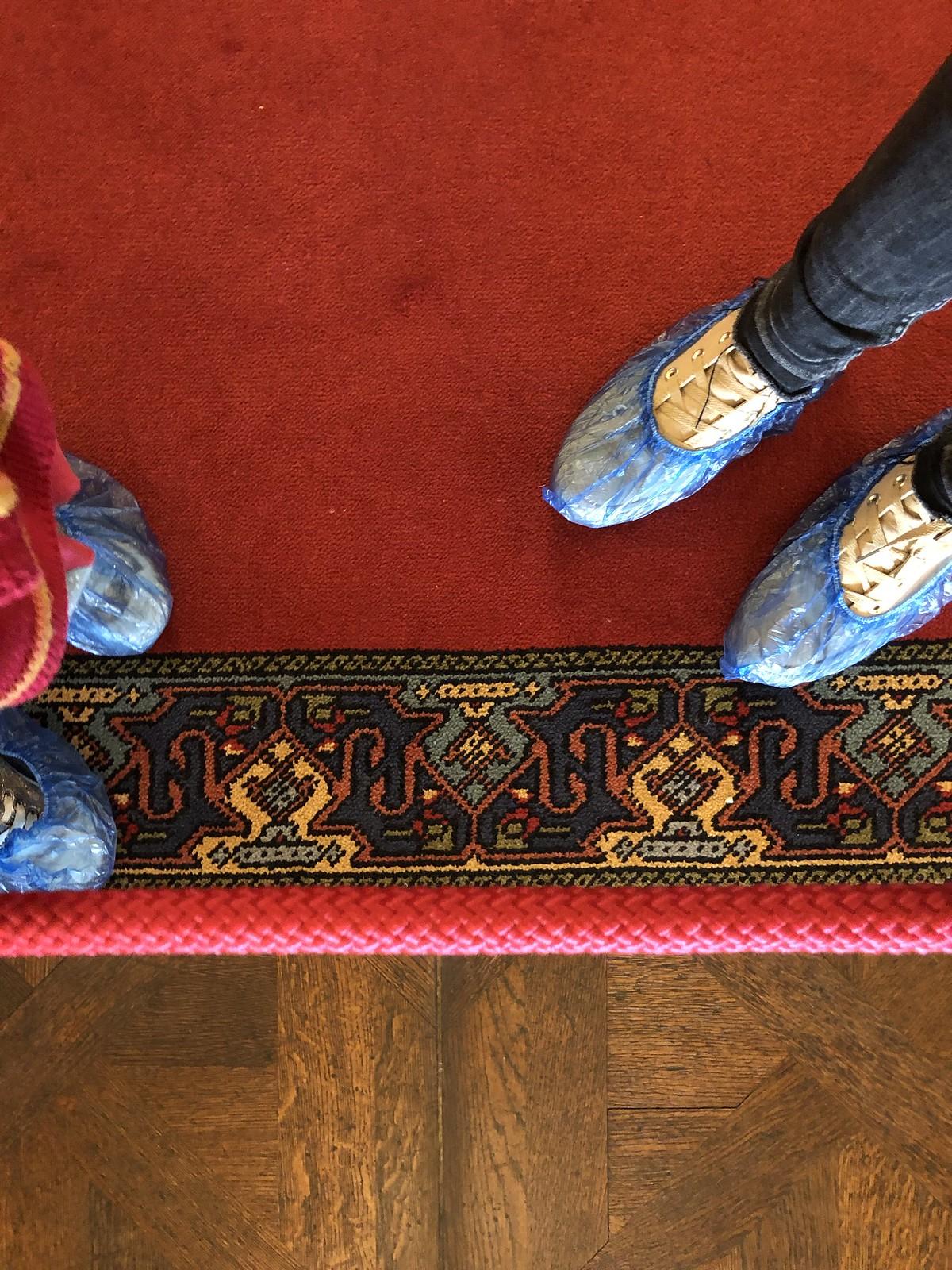 Había que ponerse esto en los zapatos para no estropear las alfombras. A Eva le hizo gracia los 5 primeros minutos...
