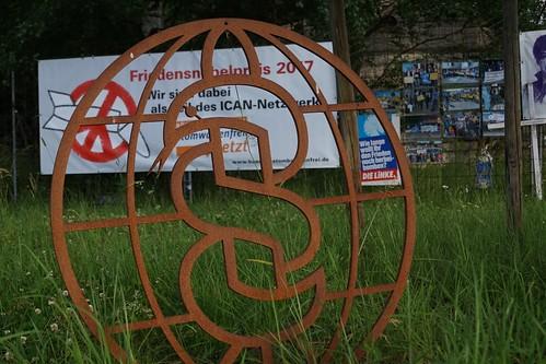 IPPNW-Symbol auf der Friedenswiese vor dem Atomwaffenstützpunkt Büchel. Foto: Xanthe Hall