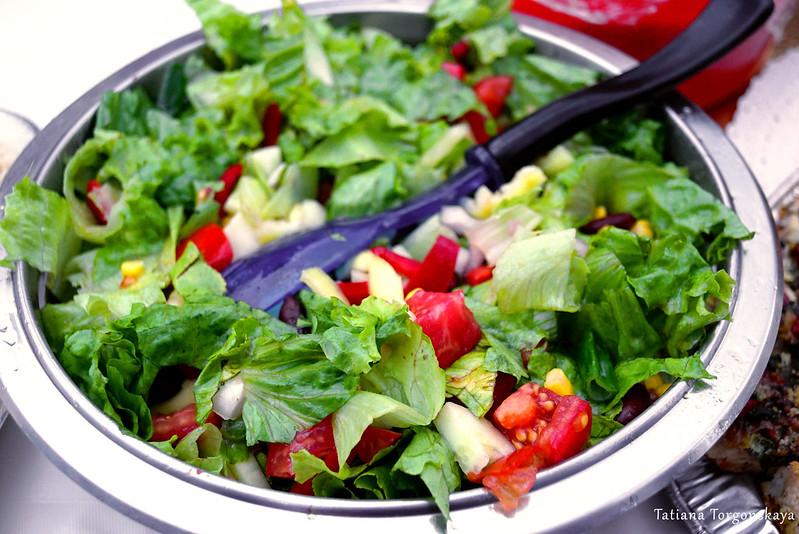 Салат из свежих овощей и зелени
