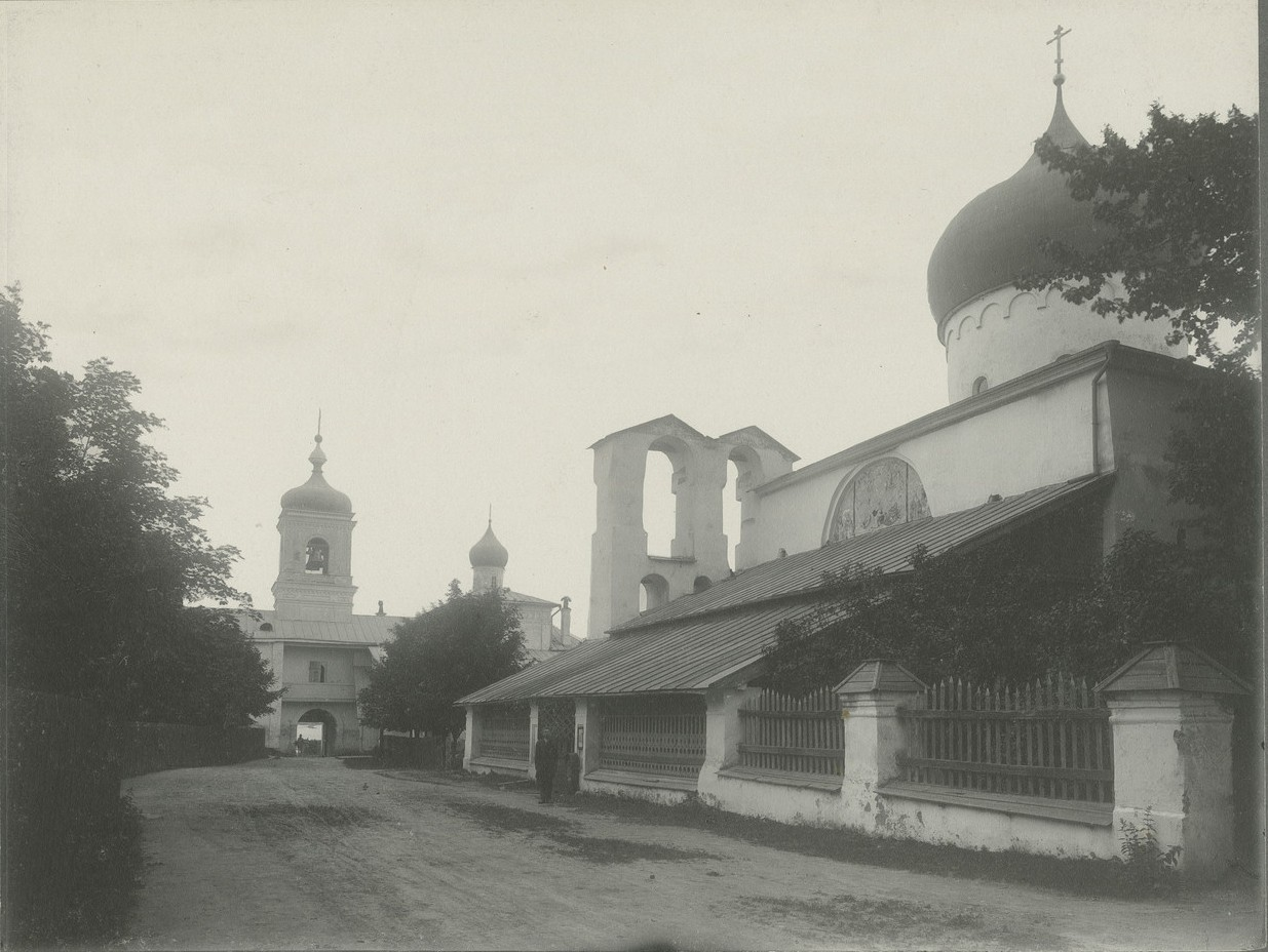 Вид на Спасо-Преображенский собор и колокольню монастыря из внутреннего двора