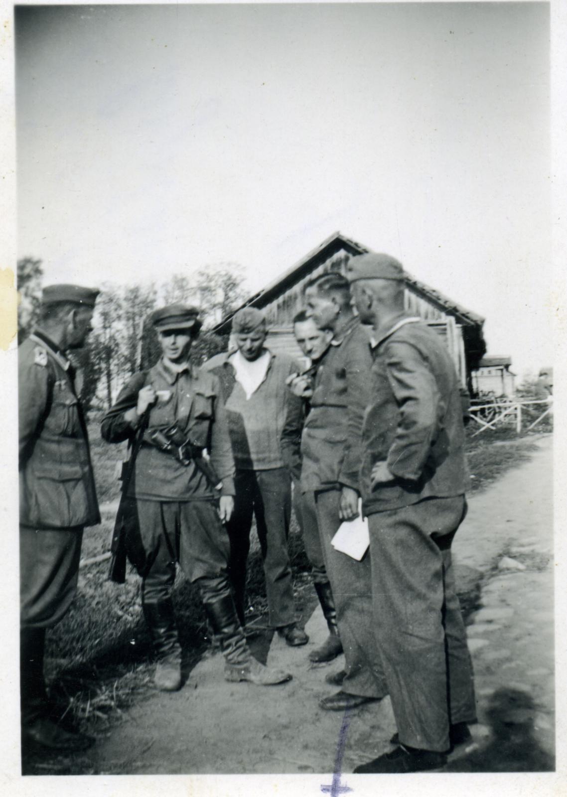 Самооборонец с гранатами и немцы. 1942