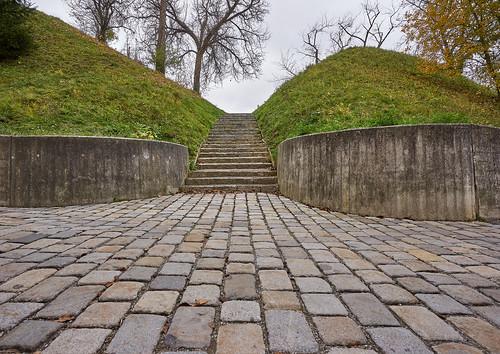 pfeilburg treppe stufen pflaster bauwerk baum weitwinkel sehenswürdigkeit perpektive steiermark styria fürstenfeld hügel hill