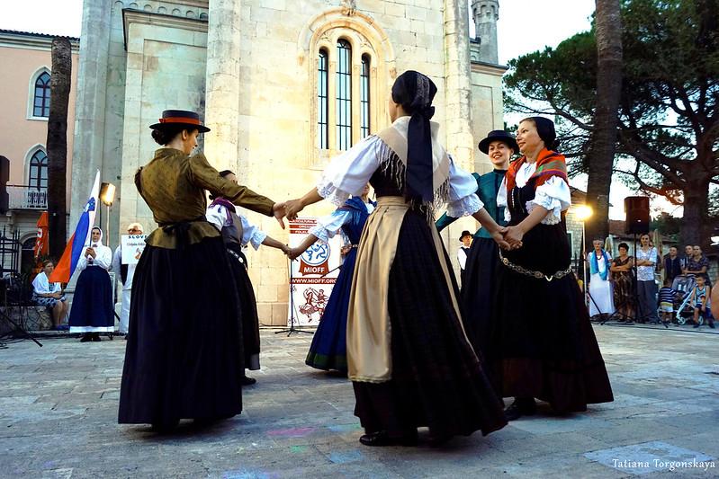 Женщины из словенской фольклорной группы во время танца