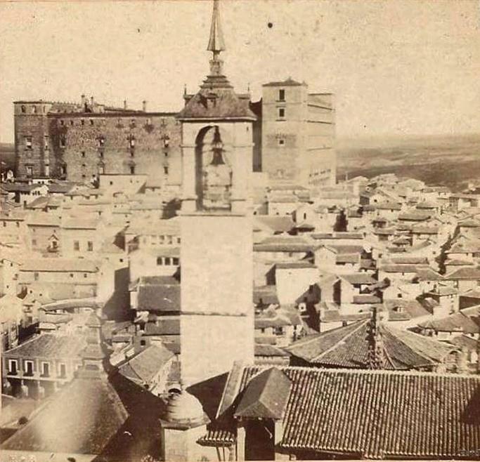 Alcázar de Toledo y Torre del Reloj de la Catedral en noviembre de 1863. Fotografía posiblemente obra de Auguste Muriel.