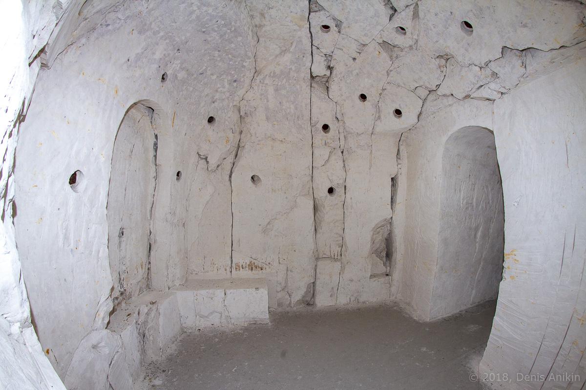 Внутри пещерной церкви Дивногорского монастыря фото 15