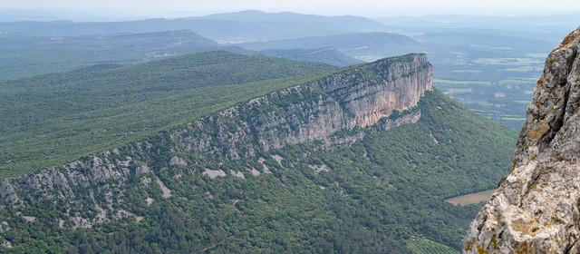 Blick vom Pic St-Loup, 658 m, auf den Montagne d'Hortus, 512 m