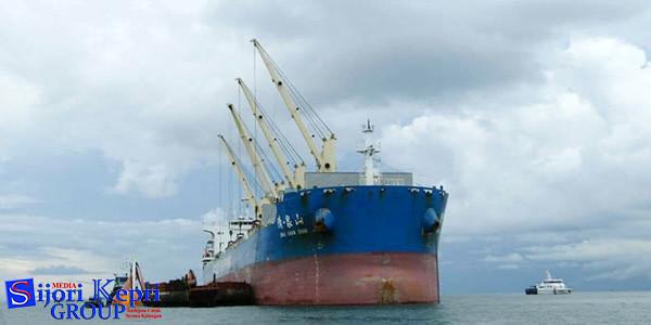 Loading Bauksit Tanpa Smelter dari tongkang ke Kapal Shiping untuk dibawa ke China