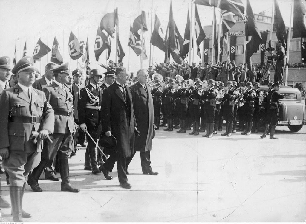 Прибытие премьер-министра Великобритании Невилла Чемберлена. Впереди министр иностранных дел Германии Иоахим Риббентроп (первый справа), премьер-министр Невилл Чемберлен (второй справа) и Адольф Вагнер, гауляйтер Мюнхена-Верхней Баварии (первый слева)