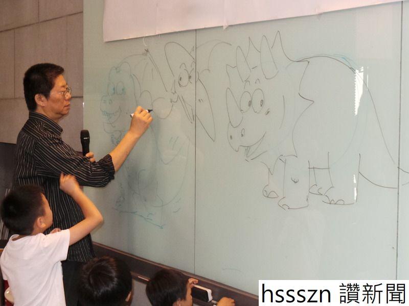 圖說:知名漫畫家敖幼祥現場示範如何手繪恐龍,引起小朋友興奮圍觀,直呼恐龍好可愛。(photo_by_張振鴻台灣醒報)_800_600