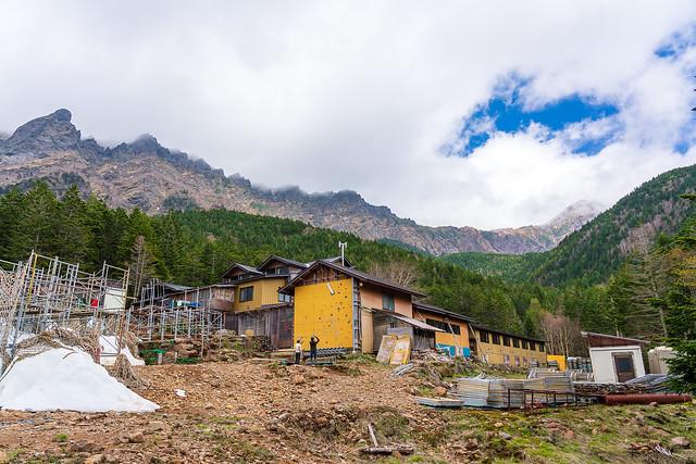 赤岳鉱泉の背後に横岳と赤岳