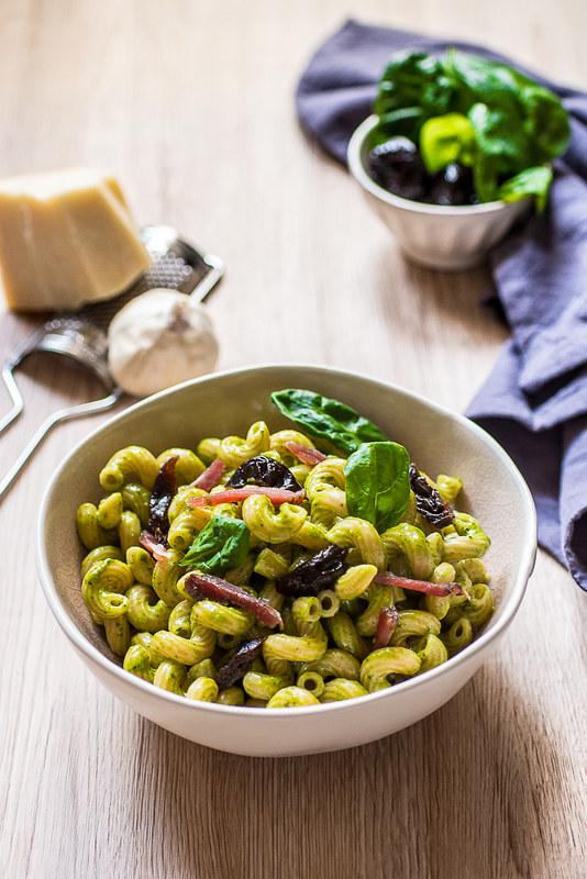 Pasta con pesto di spinaci novelli, Prugne della California e speck