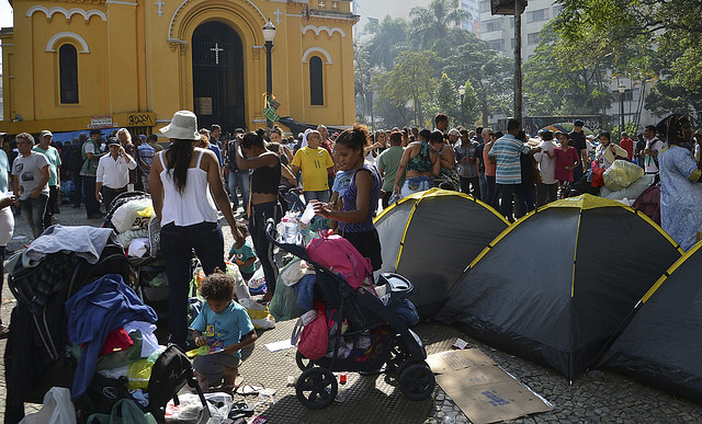 Survivors of building that collapsed camp outside a church in downtown São Paulo - Créditos: Rovena Rosa/Agência Brasil