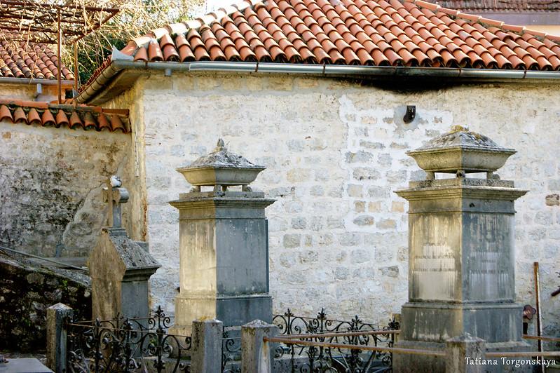 Надгробные памятники на кладбище в Топле