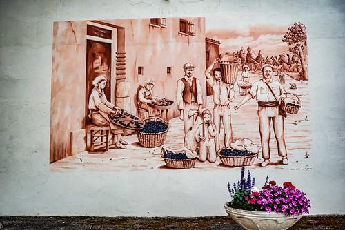 01-Fresque murale ayant pour thème le triage des pruneaux après la cuisson