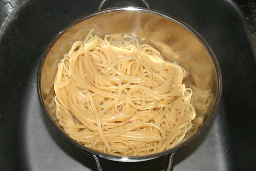 44 - Pasta abtropfen lassen / Drain pasta