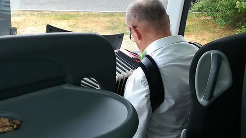 der Busfahrer pausiert eine halbe Stunde:
