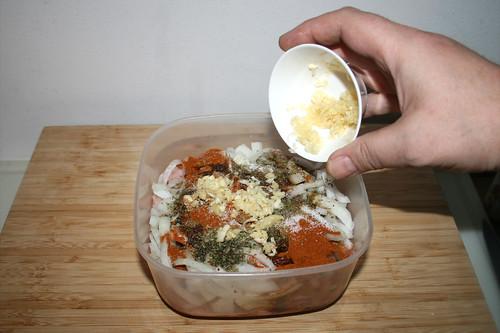 30 - Knoblauch in Schüssel geben / Put garlic in bowl