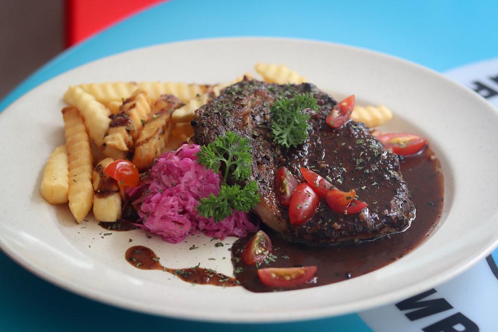 吃 Western Steak on Table