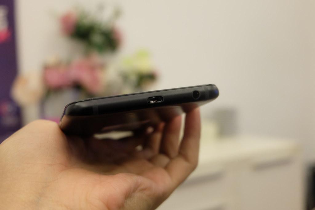 Sisi bawah Galaxy A6 Plus terdapat port USB micro dan jack audio 3,5mm (Liputan6.com/ Agustin Setyo W)