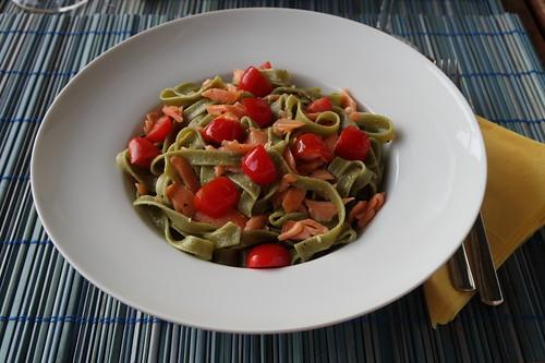Grüne Tagliatelle in Lachs-Tomaten-Sahne