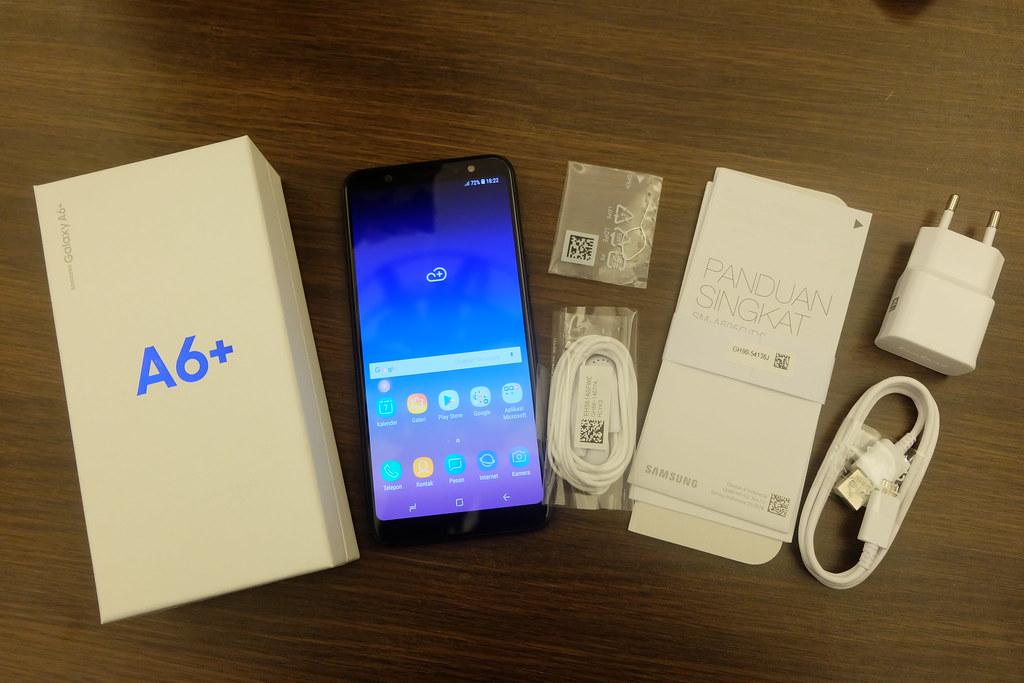 Unboxing Galaxy A6 Plus (Liputan6.com/ Agustin Setyo W)