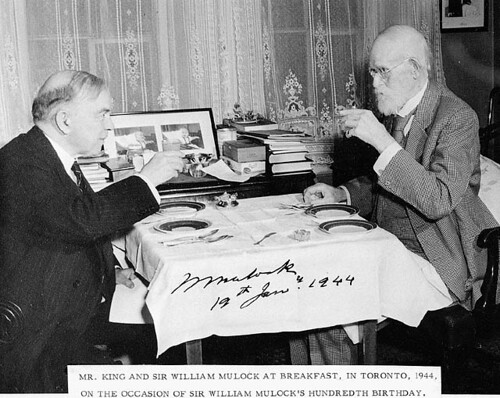 The Rt. Hon. W.L. Mackenzie King having breakfast with Sir William Mulock... / Le très honorable W. L. Mackenzie King déjeunant en compagnie de sir William Mulock...
