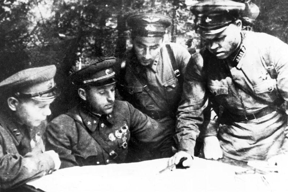К.К.Рокоссовский со своим штабом в районе Ярцева