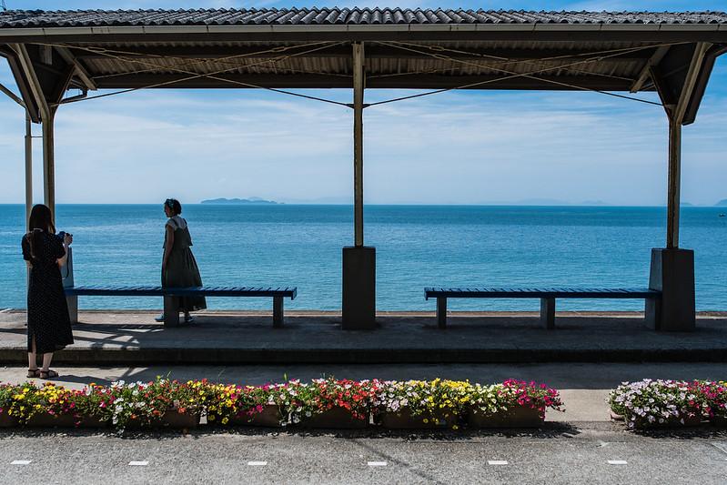 下灘駅で写真を撮る女性