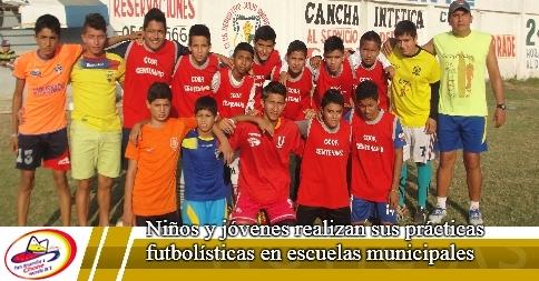 Niños y jóvenes realizan sus prácticas futbolísticas en escuelas municipales