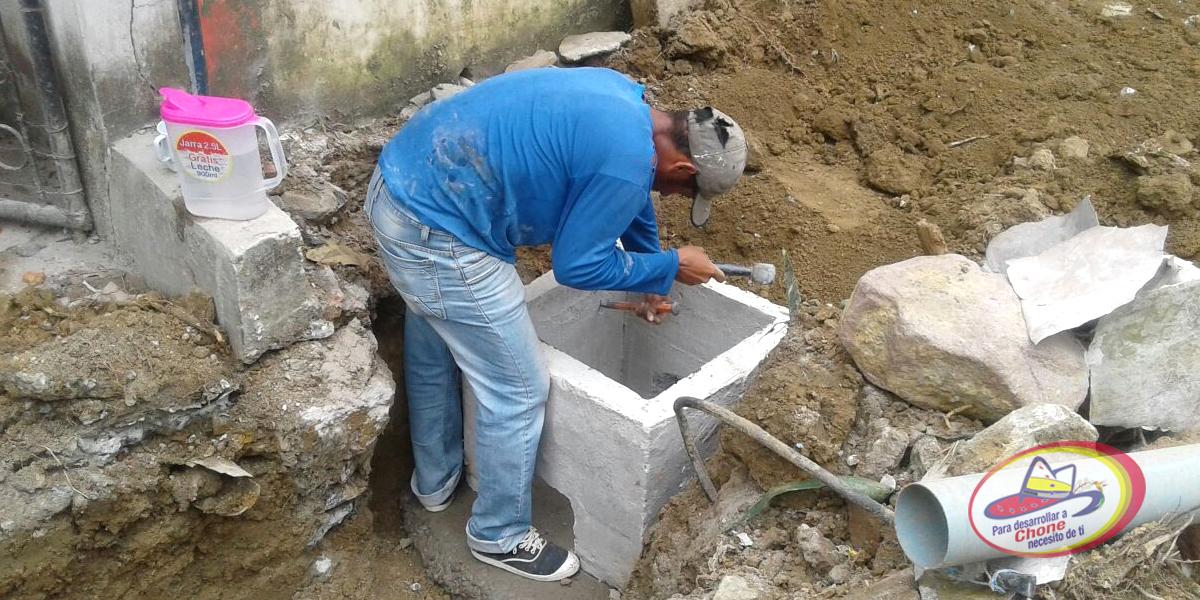 En calle Manuel de Jesús Álvarez instalan tuberías sanitarias