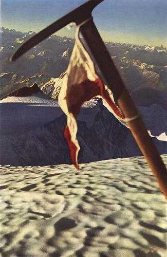 ১৯৯৯ সালে জাপানীজ পর্বতারোহী তাকেহিদো ইদেকা'র তোলা ছবিতে হারম্যান বুলের রেখে আসা আইস অ্যাক্স