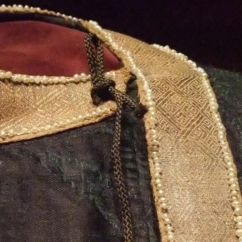 tunicella-wien-halsverschluss-detail