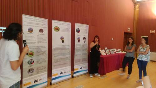 Paneles sobre adpatación al cambio climático explicados por el educador ambiental a los asistentes de la jornada y con ILSE traduciendo a lengua de signos