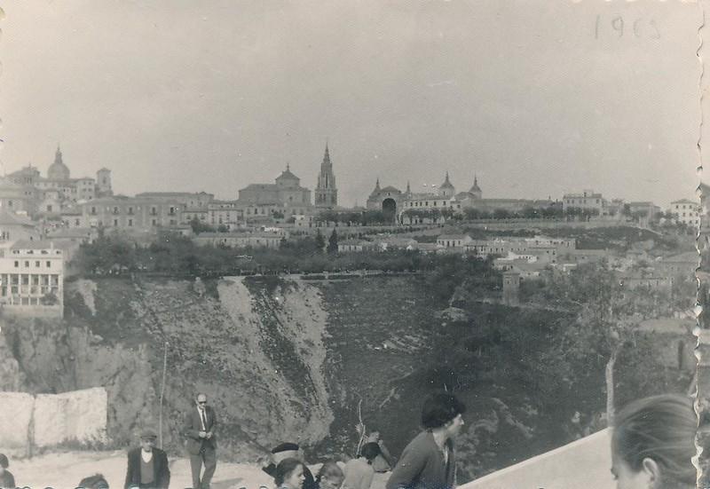 Romería de la Cabeza en 1963. Se ve la iglesia de San Cristóbal en Demolición. Fotografía de Julián C.T.