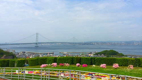 淡路SA(下り)から見た明石海峡大橋と神戸の街並み