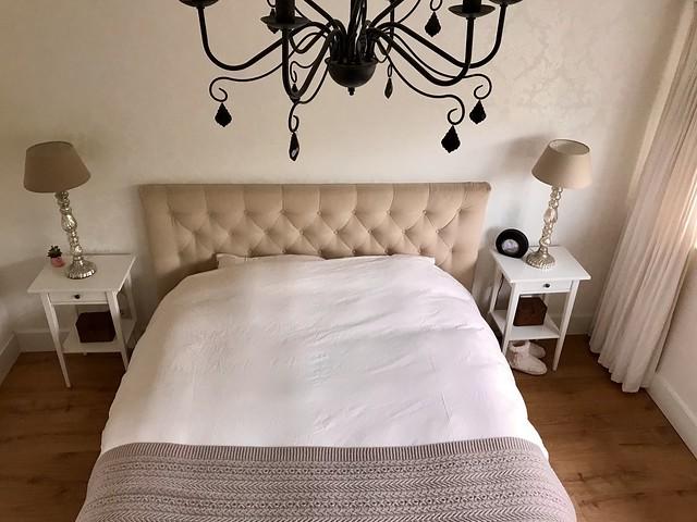 Kroonluchter nachtkastje gecapitonneerd hoofdbord bed