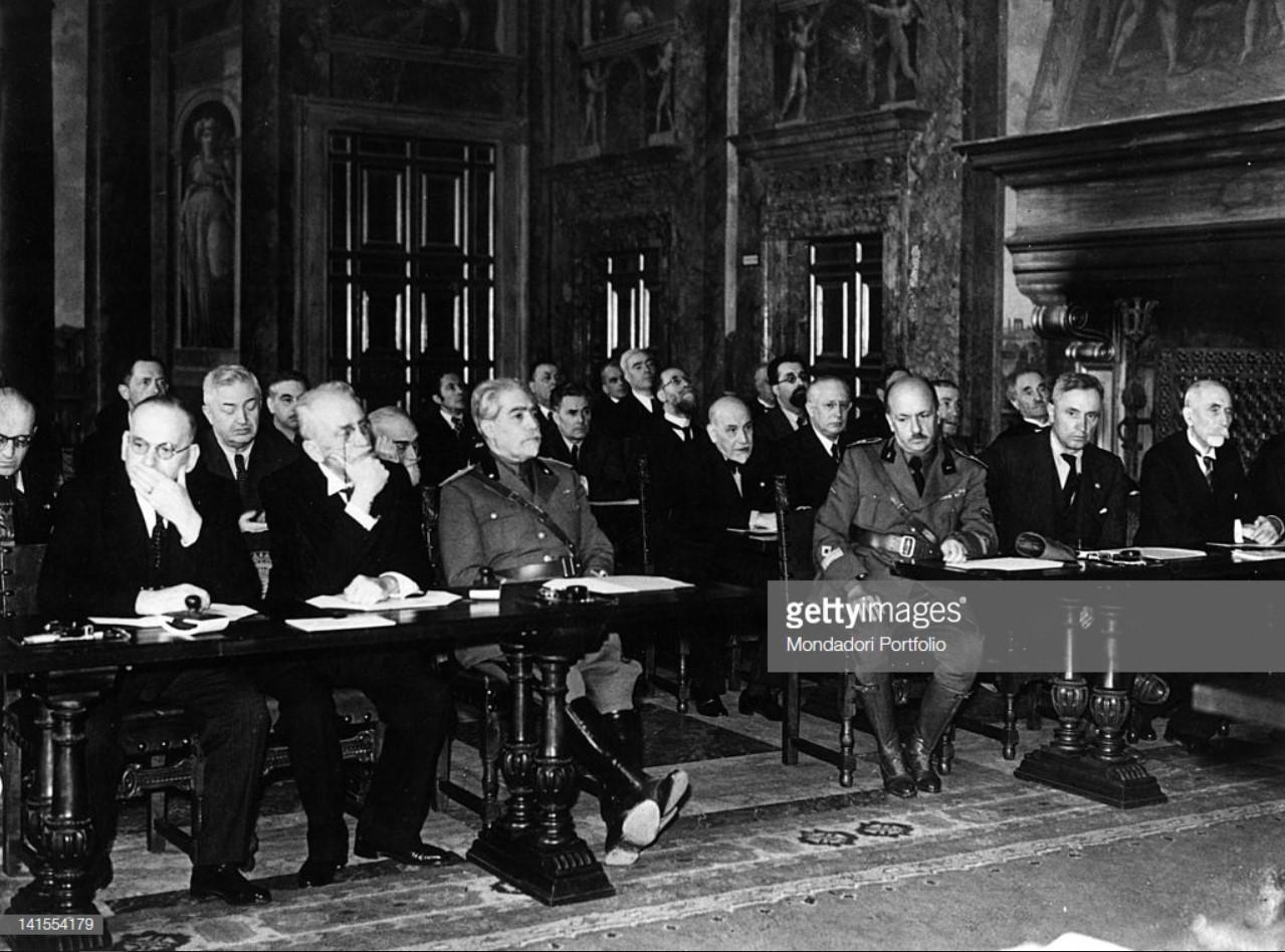 1936. Маринетти, Массимо Бонтемпелли и Луиджи Пиранделло присутствуют на провозглашении Италии империей. Рим