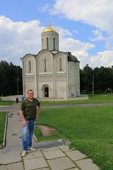 У Дмитриевского собора
